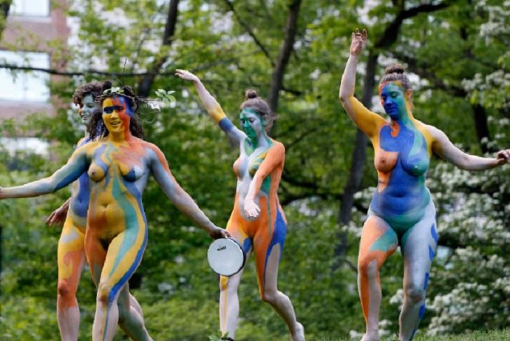 শেক্সপিয়ারের ৪০০তম মৃত্যুবার্ষিকী উপলক্ষে শরীর ও মতপ্রকাশের স্বাধীনতা প্রতিষ্ঠার লক্ষ্যে শেক্সপিয়রের 'দ্য টেমপেস্ট' মঞ্চস্থ নিউ ইয়র্কে।  ছবি: নিউইয়র্ক ডেইলি নিউজ